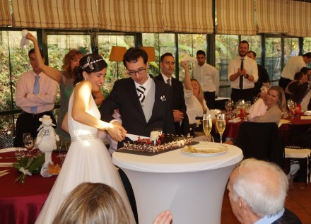 Elena y Jesús cortando la tarta